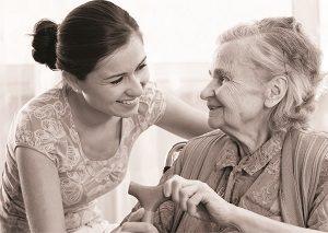 צעירה תומכת באישה קשישה